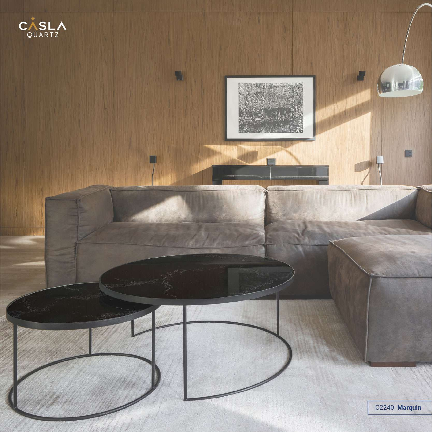 Bàn trà sử dụng hai mặt đá Marquin hình tròn, đường vân ẩn lạ mắt trên nền đá màu đen kết hợp cùng chân sắt mỏng manh đầy ấn tượng.