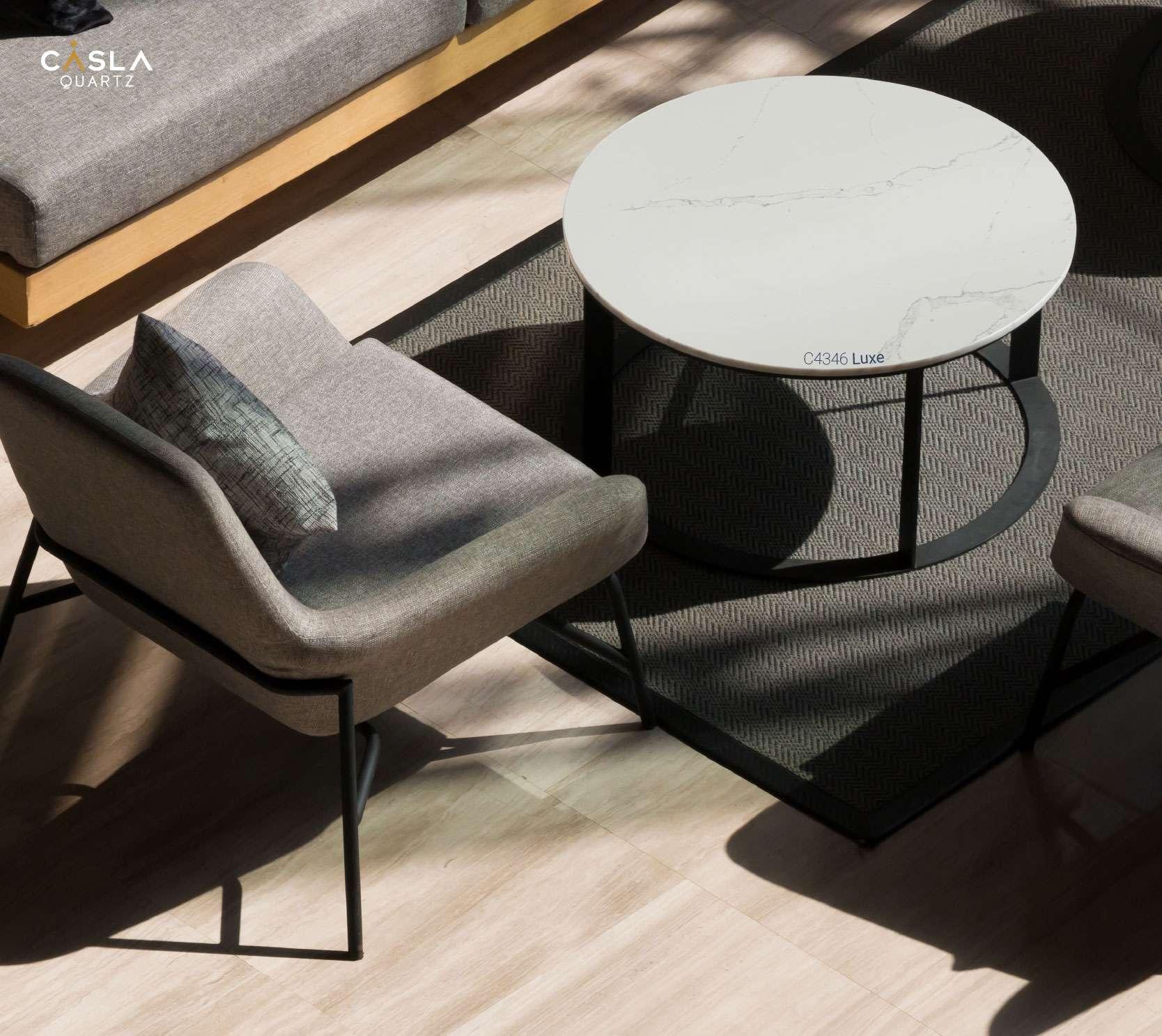 Đá nhân tạo gốc thạch anh Luxe sử dụng để ốp mặt bàn trà phòng khách rất lịch sự và an toàn
