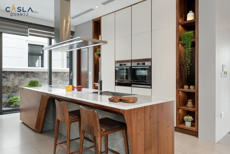 Mặt bàn bếp sử dụng đá thạch anh nhân tạo cao cấp Caslaquartz để luôn được an toàn, kháng khuẩn, bền đẹp và dễ dàng vệ sinh làm sạch