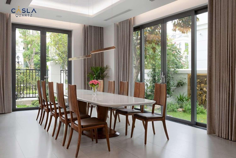 Mặt bàn ăn cũng là sản phẩm đá thạch anh nhân tạo cao cấp Caslaquartz mang tới vẻ đẹp vĩnh cửu mà sử dụng rất an toàn.